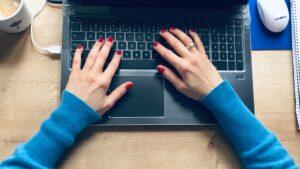 laptop-klawiatura-rece
